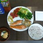 毎日の食事内容、納豆、鮭、ブロッコリー、キムチ
