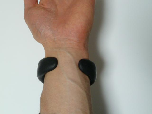 DOCTORAIR・3DスーパーブレードSの腕時計型リモコンを手首に巻く